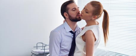 Eine Affäre im Büro ist verführerisch